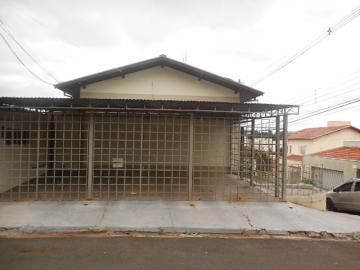 Alugar Casa / Padrão em Botucatu. apenas R$ 750,00