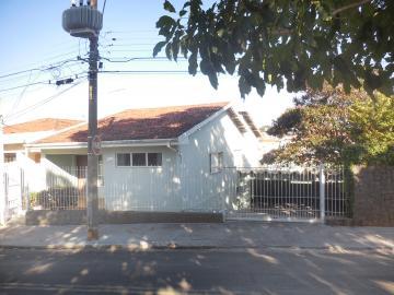 Alugar Casa / Padrão em Botucatu. apenas R$ 1.800,00