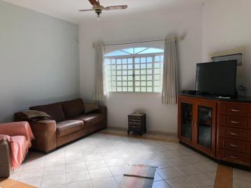 Alugar Casa / Padrão em Botucatu. apenas R$ 2.200,00