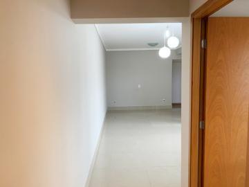 Apartamento / Padrão em Botucatu Alugar por R$2.200,00